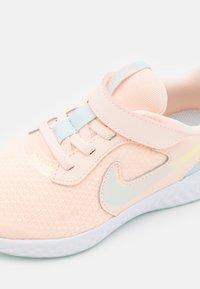 Nike Performance - REVOLUTION 5 SE UNISEX - Neutral running shoes - crimson tint/multicolor/glacier blue/white - 5