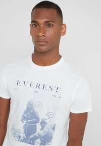 HKT by Hackett - EVEREST TEE - Triko s potiskem - white