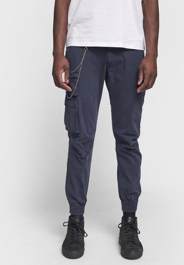 MILTON - Pantalones cargo - navy
