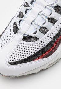 Nike Sportswear - AIR MAX 95 - Zapatillas - white/photon dust/bright crimson - 7
