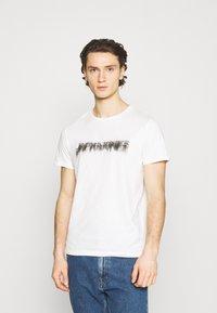 Jack & Jones - JOREDGE TEE CREW NECK - T-shirt med print - cloud dancer - 0
