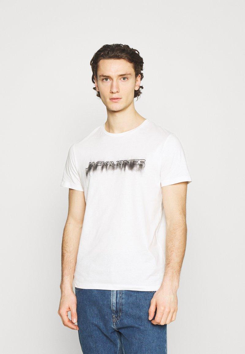 Jack & Jones - JOREDGE TEE CREW NECK - T-shirt med print - cloud dancer
