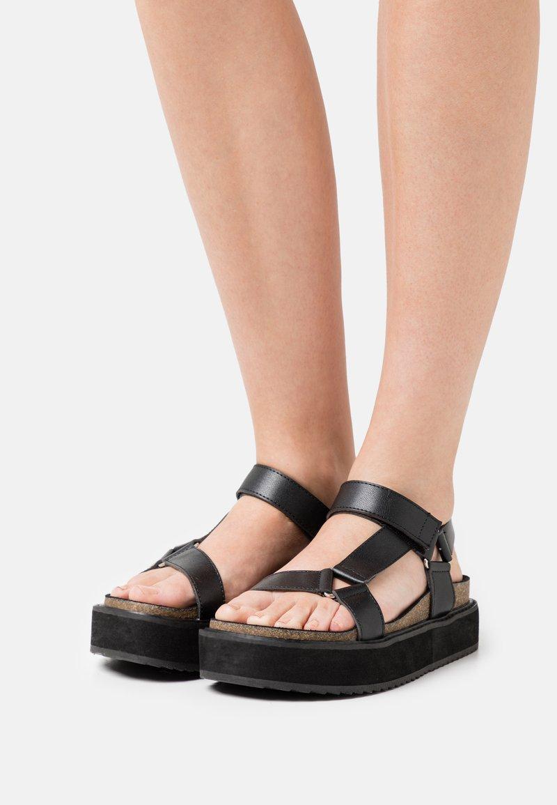 Emmshu - KYRA - Sandalen met plateauzool - black