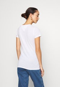 Tommy Jeans - ESSENTIAL LOGO TEE - Print T-shirt - white - 2