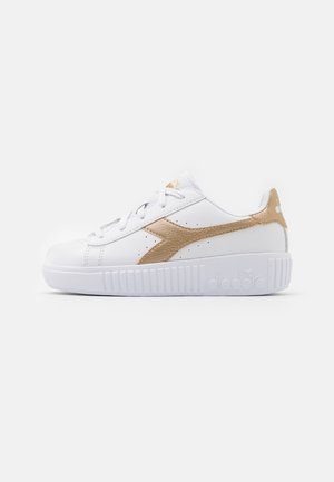 GAME STEP UNISEX - Sports shoes - white/gold