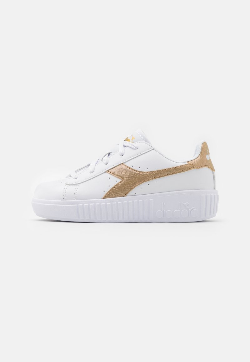 Diadora - GAME STEP UNISEX - Sports shoes - white/gold