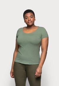 Anna Field Curvy - 3er PACK  - Basic T-shirt - blue/green/black - 6