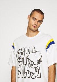 Levi's® - LEVI'S® X PEANUTS FOOTBALL TEE UNISEX - Camiseta estampada - marshmallow - 4