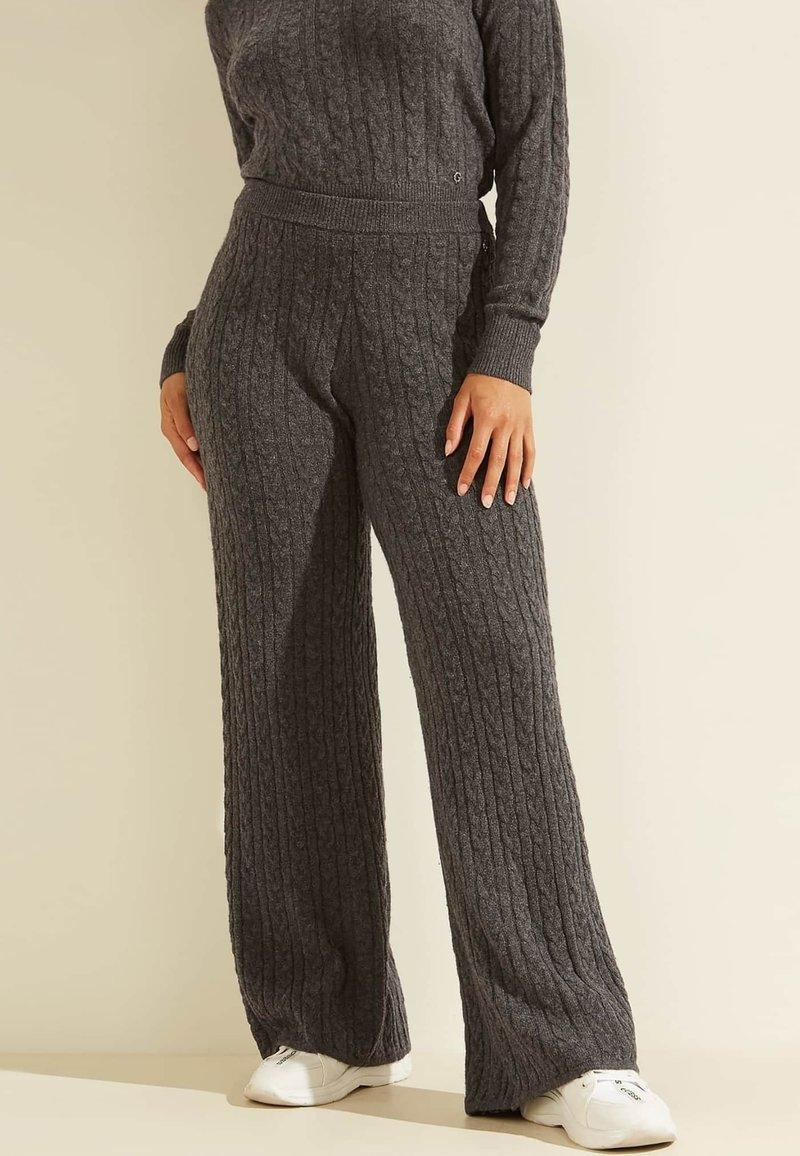 Guess - STRICKHOSE ZOPFMUSTER - Trousers - grau