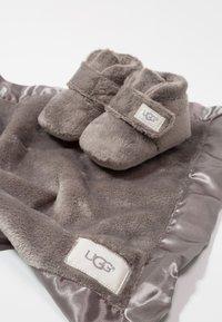 UGG - BIXBEE AND LOVEY - Babyschoenen - charcoal - 6