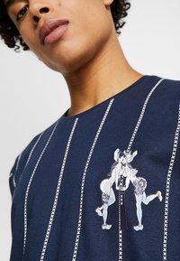 Amsterdenim - PRIDE - T-shirt con stampa - navy - 5