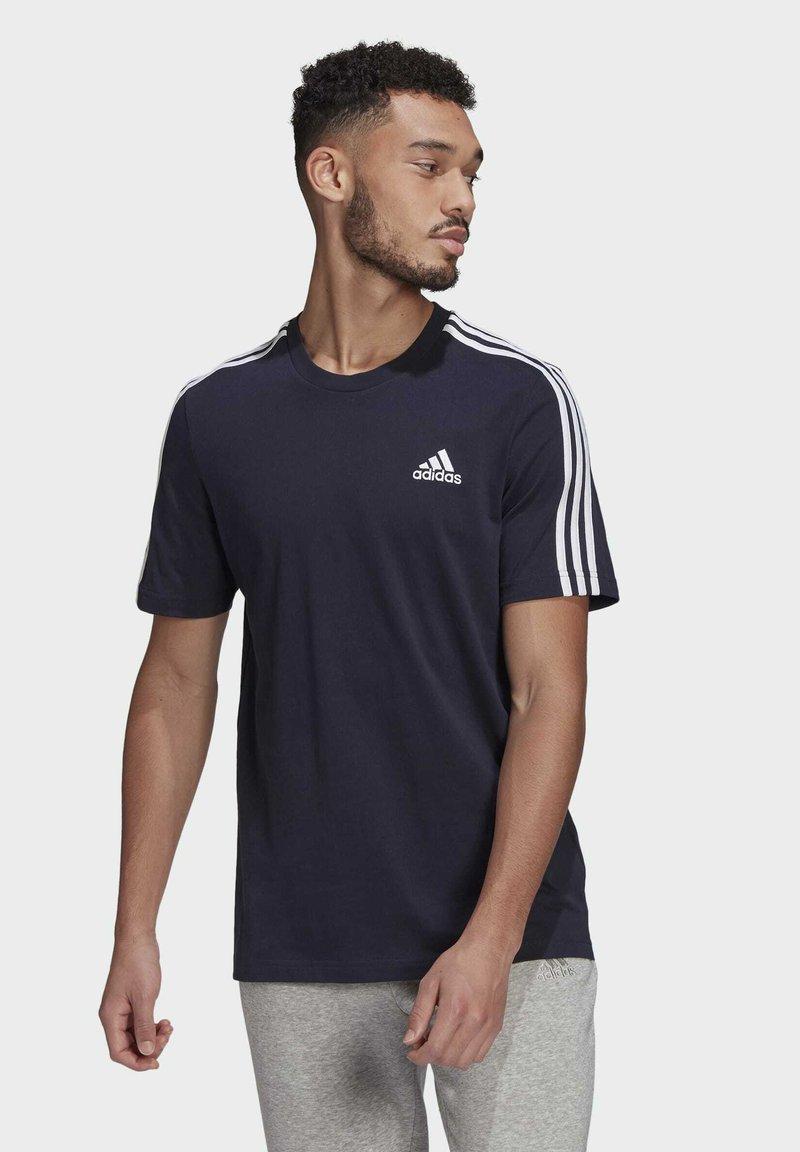 adidas Performance - 3-STRIPES SPORTS ESSENTIALS T-SHIRT - T-shirt med print - dark blue