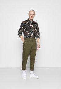 Redefined Rebel - LEE CROPPED PANTS - Pantaloni - dark olive - 1