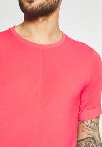 Nike Performance - Basic T-shirt - fusion red - 4
