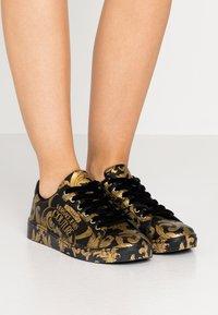 Versace Jeans Couture - CAP SOLE - Tenisky - nero/oro - 0