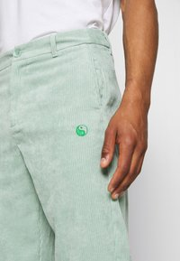 Vintage Supply - RELAXED TROUSER WITH YIN YANG EMBROIDERY UNISEX - Trousers - green - 5