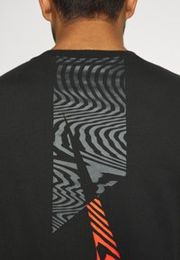 Nike Performance - TEE - T-shirt imprimé - black - 5