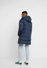 Jack & Jones - JORKNIGHT LONG PUFFER JACKET - Płaszcz zimowy - navy blazer - 2