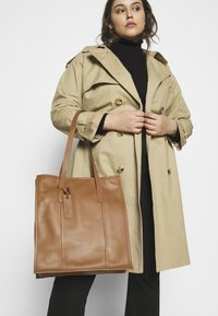 Zign - LEATHER - Shoppingveske - cognac - 1