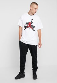 Jordan - CLASSICS  CREW - T-shirt med print - white/gym red - 1