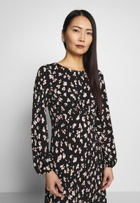 Wallis - SHADOW FLORAL MONO MIDI DRESS - Sukienka letnia - black - 3