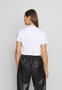 SIKSILK - LUXURY CROP TEE - T-shirt z nadrukiem - white - 2