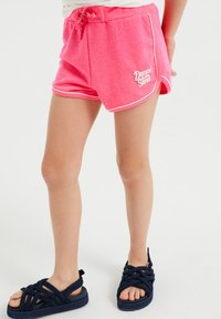 WE Fashion - MET GLITTEROPDRUK - Shorts - bright pink - 1