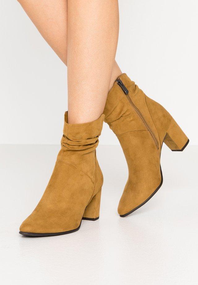 Kotníkové boty - mustard