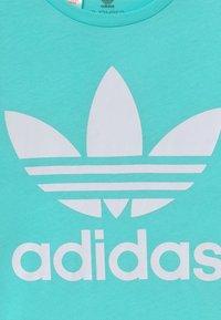 adidas Originals - TREFOIL - T-shirt print - aqua/white - 3