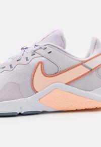 Nike Performance - LEGEND ESSENTIAL 2 - Zapatillas de entrenamiento - venice/crimson bliss/crimson tint/ashen slate/light soft pink/white - 5