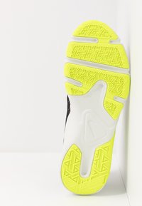 Nike Performance - LEGEND ESSENTIAL - Chaussures d'entraînement et de fitness - black/volt/spruce aura - 4