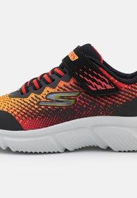 Skechers Performance - GO RUN 650 NORVO UNISEX - Neutrální běžecké boty - black/red/orange - 5
