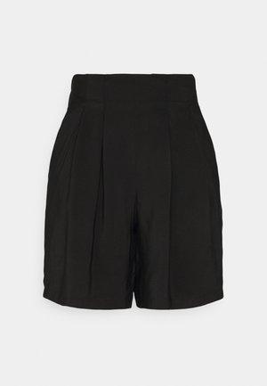 PCLYNWEN - Shorts - black