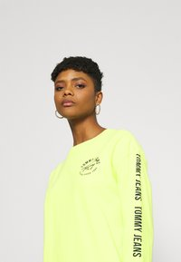 Tommy Jeans - LOGO TAPE TEE DRESS - Day dress - faded lime/multi - 3