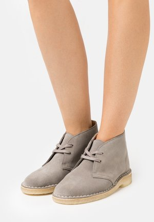 DESERT BOOT - Casual lace-ups - sage