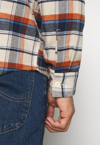 American Eagle - KLINT PLAID SAWYER - Skjorta - cream - 6