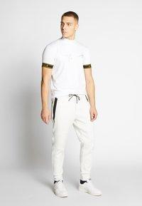 American Eagle - MANCHEGO TAPED PANT - Pantaloni sportivi - white - 1