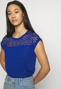 ONLY - ONLNEW NICOLE LIFE - T-shirts med print - mazarine blue - 3