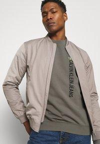 Calvin Klein Jeans - CREWNECK UNISEX - Felpa - elephant skin - 3