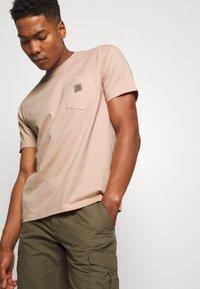 Carhartt WIP - Basic T-shirt - vegas pink - 3