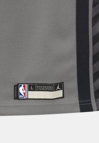 Nike Performance - NBA BROOKLYN NETS KYRIE IRVING BOYS STATEMENT SWINGMAN - Klubové oblečení - dark grey heather - 2