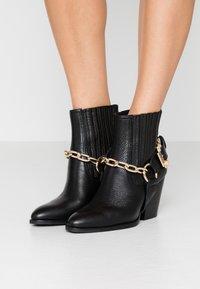 Versace Jeans Couture - Stivaletti con tacco - nero - 0