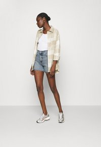 Calvin Klein Jeans - MOM - Shorts di jeans - denim light - 1