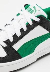 Puma - REBOUND LAYUP UNISEX - Trainers - white/green/black - 5