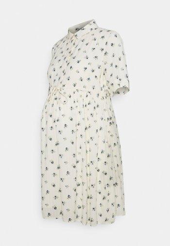 PCMTHEA DRESS - Sukienka koszulowa - cloud dancer