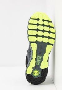 Under Armour - HOVR - Neutrální běžecké boty - pitch gray/x-ray/black - 4