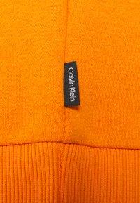 Calvin Klein - GRAPHIC EMBROIDERY HOODIE - Felpa con cappuccio - orange thunder - 2
