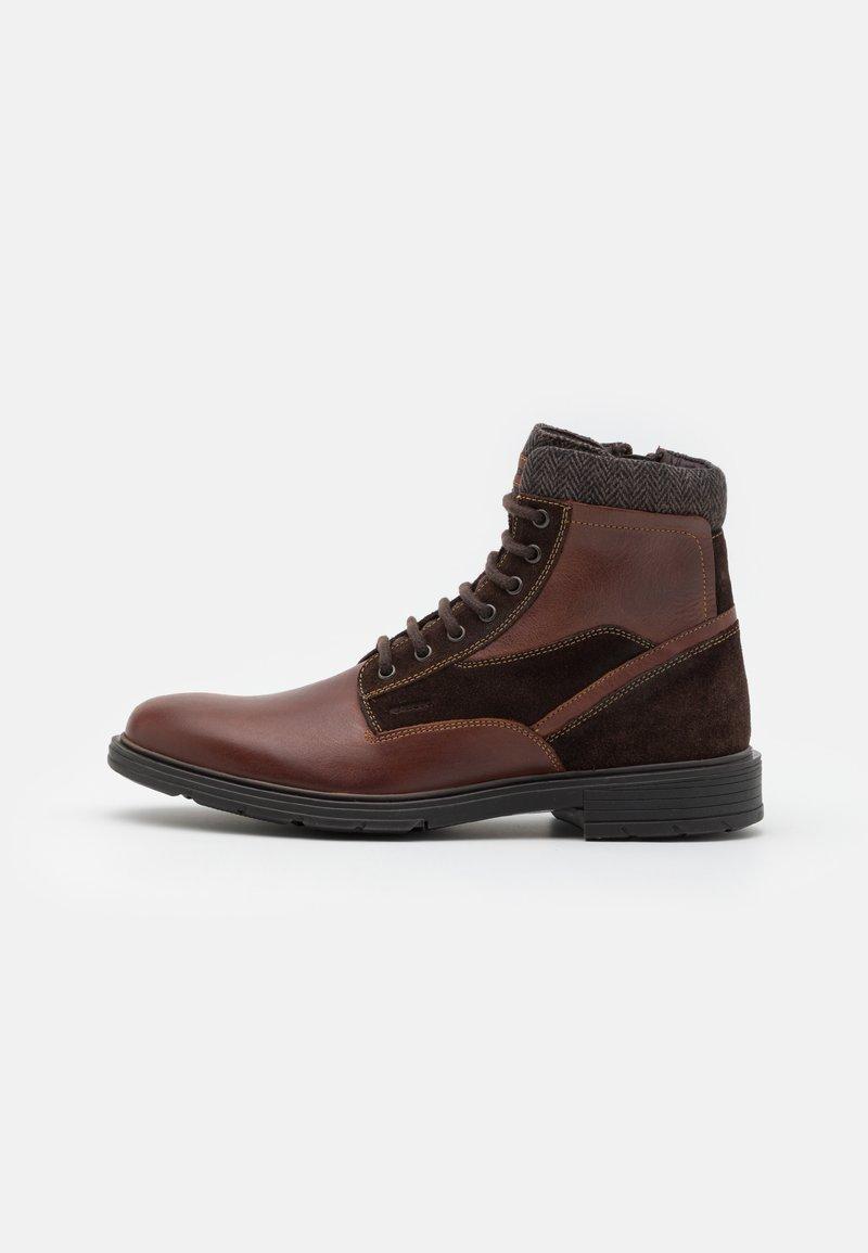 Geox - ALBERICK - Šněrovací kotníkové boty - dark cognac/dark brown