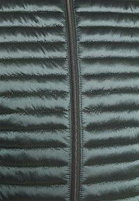 Opus - HULA SHINY - Lett jakke - caper - 5