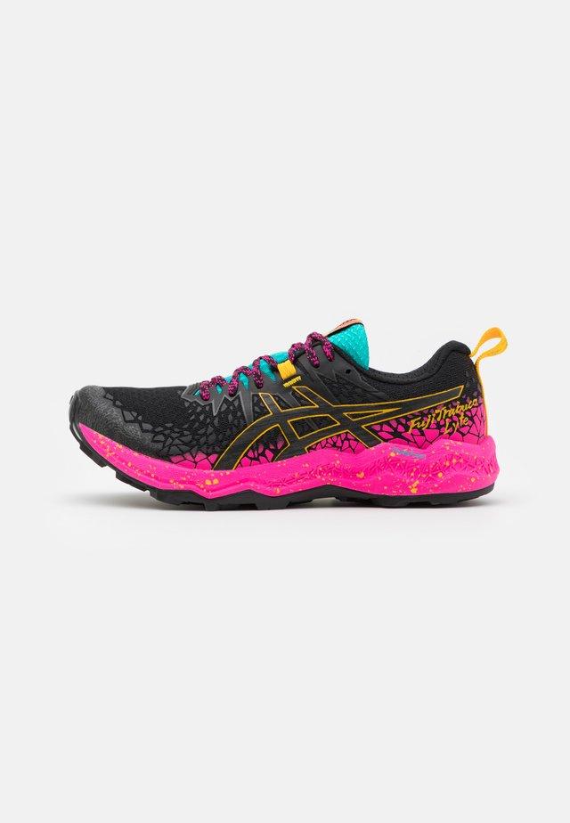 FUJITRABUCO LYTE - Běžecké boty do terénu - black/pink glow